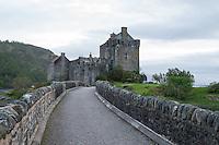 Eilean Donan Castle nahe der Ortschaft Dornie  im Loch Duich und Loch Alsh in den North West Highlands.<br /> Das Castle wurde 1214 vom Clan der MacKenzies erbaut und spaeter waehrend des Jacobiner-Aufstands zerstoert. Anfang des 20.Jh. wurde es orginalgetreu wiedererbaut.25.5.2015, Highlands/Schottland<br /> Copyright: Christian-Ditsch.de<br /> [Inhaltsveraendernde Manipulation des Fotos nur nach ausdruecklicher Genehmigung des Fotografen. Vereinbarungen ueber Abtretung von Persoenlichkeitsrechten/Model Release der abgebildeten Person/Personen liegen nicht vor. NO MODEL RELEASE! Nur fuer Redaktionelle Zwecke. Don't publish without copyright Christian-Ditsch.de, Veroeffentlichung nur mit Fotografennennung, sowie gegen Honorar, MwSt. und Beleg. Konto: I N G - D i B a, IBAN DE58500105175400192269, BIC INGDDEFFXXX, Kontakt: post@christian-ditsch.de<br /> Bei der Bearbeitung der Dateiinformationen darf die Urheberkennzeichnung in den EXIF- und  IPTC-Daten nicht entfernt werden, diese sind in digitalen Medien nach §95c UrhG rechtlich geschuetzt. Der Urhebervermerk wird gemaess §13 UrhG verlangt.]