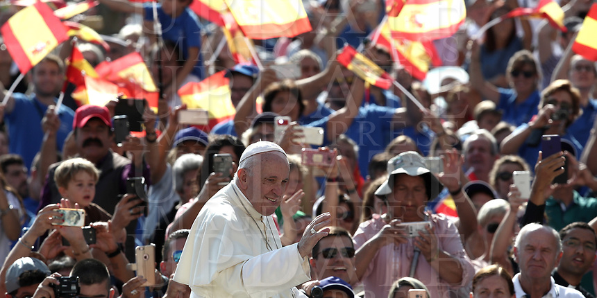 Papa Francesco saluta i fedeli al suo arrivo all'udienza generale del mercoledi' in Piazza San Pietro, Citta' del Vaticano, 29 agosto, 2018.<br /> Pope Francis waves to faithful as he arrives to lead his weekly general audience in St. Peter's Square at the Vatican, on August 29, 2018.<br /> UPDATE IMAGES PRESS/Isabella Bonotto<br /> <br /> STRICTLY ONLY FOR EDITORIAL USE