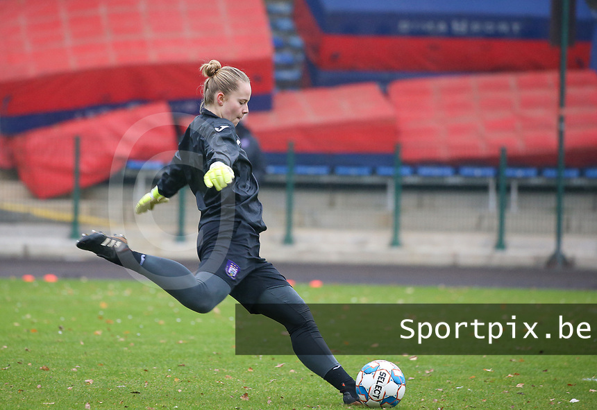 Goalkeeper Lowiese Seynhaeve (1 Anderlecht) does the goal kick during the warm up before a female soccer game between FC Femina WS Woluwe and RSC Anderlecht Women on the eight match day of the 2020 - 2021 season of Belgian Women's Super League , Sunday 22nd of November 2020  in Woluwe, Belgium . PHOTO SPORTPIX.BE | SPP | SEVIL OKTEM