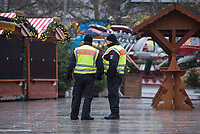 Gedenken am Dienstag den 19. Dezember 2017 anlaesslich des 1. Jahrestag des Terroranschlag auf den Weihnachtsmarkt auf dem Berliner Breitscheidplatz am 19.12.2016 durch den Terroristen Anis Amri.<br /> Im Bild: Bewaffnete Polizisten auf den leeren Weihnachtsmarkt. Der Weihnachtsmarkt blieb am Jahrestag des Anschlags geschlossen.<br /> 19.12.2017, Berlin<br /> Copyright: Christian-Ditsch.de<br /> [Inhaltsveraendernde Manipulation des Fotos nur nach ausdruecklicher Genehmigung des Fotografen. Vereinbarungen ueber Abtretung von Persoenlichkeitsrechten/Model Release der abgebildeten Person/Personen liegen nicht vor. NO MODEL RELEASE! Nur fuer Redaktionelle Zwecke. Don't publish without copyright Christian-Ditsch.de, Veroeffentlichung nur mit Fotografennennung, sowie gegen Honorar, MwSt. und Beleg. Konto: I N G - D i B a, IBAN DE58500105175400192269, BIC INGDDEFFXXX, Kontakt: post@christian-ditsch.de<br /> Bei der Bearbeitung der Dateiinformationen darf die Urheberkennzeichnung in den EXIF- und  IPTC-Daten nicht entfernt werden, diese sind in digitalen Medien nach §95c UrhG rechtlich geschuetzt. Der Urhebervermerk wird gemaess §13 UrhG verlangt.]