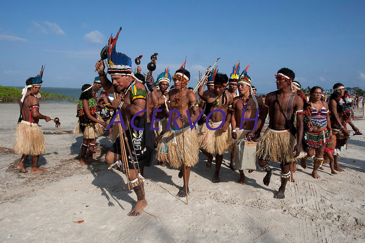 IV Jogos Tradicionais Indígenas do Pará<br /> <br /> Indígenas da etnia Pataxó da Bahia dançam para entrar na arena <br /> <br /> Quinza etnias participam dos  IX Jogos Indígenas, iniciados neste na íntima sexta feira. Aikewara (de São Domingos do Capim), Araweté (de Altamira), Assurini do Tocantins (de Tucuruí), Assurini do Xingu (de Altamira), Gavião Kiykatejê (de Bom Jesus do Tocantins), Gavião Parkatejê (de Bom Jesus do Tocantins), Guarani (de Jacundá), Kayapó (de Tucumã), Munduruku (de Jacareacanga), Parakanã (de Altamira), Tembé (de Paragominas), Xikrin (de Ourilândia do Norte), Wai Wai (de Oriximiná). Participam ainda as etnias convidadas - Pataxó (da Bahia) e Xerente (do Tocantins). <br /> <br /> <br /> Mais de 3 mil pessoas lotaram as arquibancadas da arena de competição.<br /> Praia de Marudá, Marapanim, Pará, Brasil.<br /> Foto Paulo Santos<br /> 06/09/2014