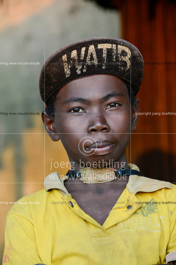 MADAGASCAR Vohilava, young boy with baseball cap WATIB / MADAGASKAR Vohilava, Jugendlicher mit Baseball Cas in einem Dorf am Fluss ANDRANGARANGA