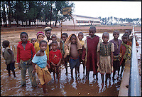 Mozambico,alunni di scuola elementare a fine lezione.