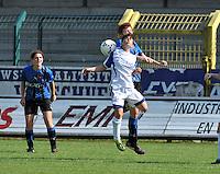 VV Rassing Harelbeke : luchtduel tussen Astrid Braeckevelt en Jolien Nuytten van Club Brugge Dames . Jasmine Vanysacker kijkt toe.Foto DAVID CATRY / Vrouwenteam.be