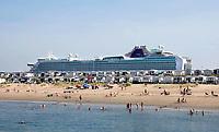 Nederland IJmuiden - 2019. Strandhuisjes in IJmuiden. Op de achtergrond een cruiseschip. Foto Berlinda van Dam / Hollandse Hoogte