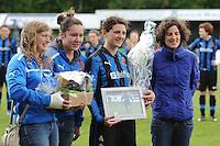 Club Brugge Dames - Telstar Ijmuiden : de afscheidnemenden worden in de bloemetjes gezet met Kim Dossche (links) , Elien Van Wynendaele , Jasmine Vanysacker en Lore Dezeure (rechts)<br /> foto Dirk Vuylsteke / nikonpro.be