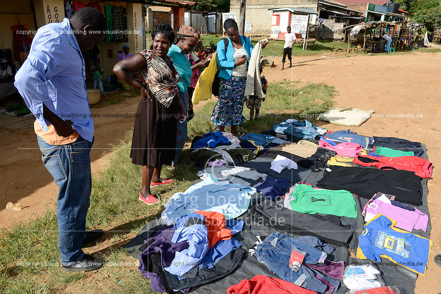 KENYA, Kisumu County, Kaimosi, street vendor sell second hand clothes from Europe / KENIA, Verkauf von Alttextilien aus Europa