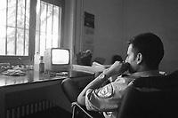 - Milano, il complesso di case popolari Iacp di via Emilio Bianchi, periferia nord della città, degradato ed ad alto tasso di abusivismo e criminalità (Giugno 1992). La guardia privata inviata dal Comune per sorvegliare la portineria<br /> <br /> - Milan, the Iacp social housing district in via Emilio Bianchi, northern outskirts of the city, degraded and with a high rate of illegal occupation and crime (June 1992). The private guard sent by the municipality to guard the gatehouse