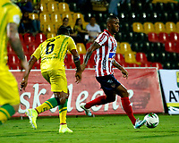 BUCARAMANGA - COLOMBIA, 01-09-2019: Gabriel Gómez de Atlético Bucaramanga y Leonardo Pico de Atlético Junior disputan el balón, durante partido entre Atlético Bucaramanga y Atlético Junior, de la fecha 9 por la Liga Águila II 2019, jugado en el estadio Alfonso López de la ciudad de Bucaramanga. / Gabriel Gomez of Atletico Bucaramanga and Leonardo Pico of Atletico Junior vies for the ball, during a match between Atletico Bucaramanga and Atletico Junior, of the 9th date for the Aguila Leguaje II 2019 at the Alfonso Lopez Stadium in Bucaramanga city Photo: VizzorImage / Oscar Martínez / Cont.