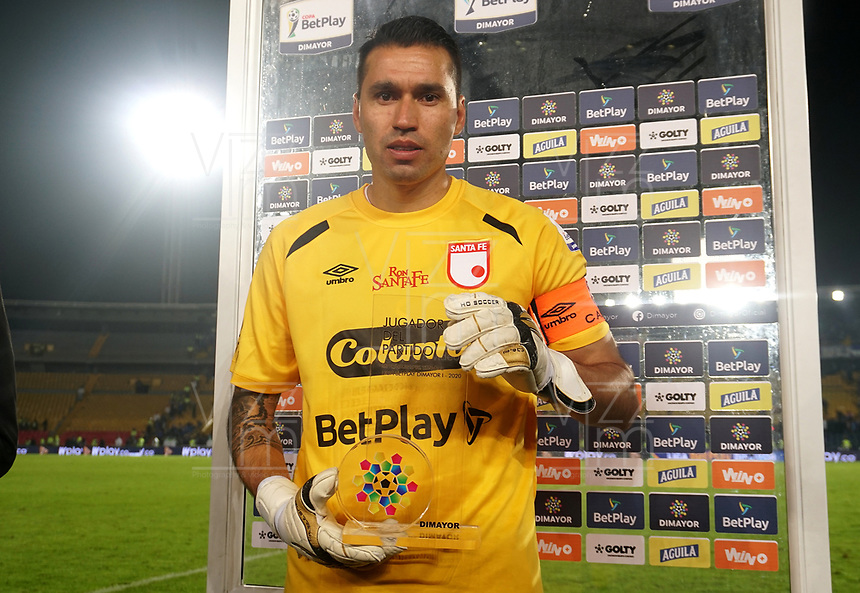 BOGOTA-COLOMBIA, 03-03-2020: Leandro Castellanos de Independiente Santa Fe, el premio al mejor jugador al termino de partido entre Millonarios y el Independiente Santa Fe de la fecha 7 por la Liga BetPlay DIMAYOR 2020 jugado en el estadio Nemesio Camacho El Campín de la ciudad de Bogota. / Leandro Castellanos of Independiente Santa Fe, receives the best player prize after the match between Millonarios and Independiente Santa Fe of the 7th date for the BetPlay DIMAYOR Leguaje I 2020 played at the Nemesio Camacho El Campin Stadium in Bogota city, Photo: VizzorImage / Daniel Garzon / Cont.