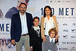 Red Carpet 100 metros.<br /> El niño protagonista del film ccon su familia.