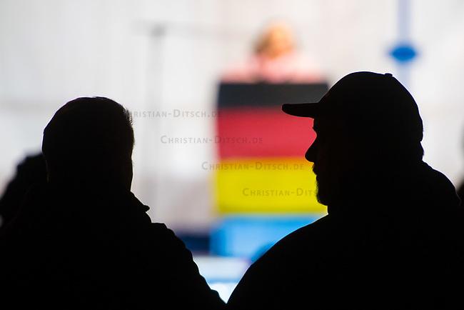 """Ca. 800 Menschen folgten am Samstag den 17. Februar 2018 in Berlin dem Aufruf der AfD-Frau Leyla Bilge zu einem sog. """"Marsch der Frauen"""". Sie demonstrierten gegen Zuwanderung und Fluechtlinge, die """"nur nach Deutschland kommen um hier Frauen zu schaenden"""" so einige Teilnehmer.<br /> Der rechte Aufmarsch wurde nach 750 Metern durch Strassenblockaden von ca. 2.000 Menschen gestoppt. Leyla Bilge weigerte sich als Anmelderin drei Stunden lang den blockierten  Aufmarsch zu beenden und forderte von der Polizei die Blockaden zu raeumen. Ein Raeumungsversuch der Polizei scheiterte, da es zu viele Menschen waren, die auf der Strasse sassen.<br /> Nach drei Stunden beendete Bilge den Aufmarsch. Die Demosntranten, unter ihnen etliche Neonazis, sog. """"Identitaere"""" und AfD-Politiker zogen darauf ab und griffen dabei Gegendemosntranten und Polizeibeamte an. Mehrere Personen wurden festgenommen. Ein Teil fuhr zum Kanzleramt, dem urspruenglichen Ziel des Aufmarsches.<br /> Im Bild: Umriss von Aufmarschteilnehmern vor der Buehne am Kanzleramt.<br /> 17.2.2018, Berlin<br /> Copyright: Christian-Ditsch.de<br /> [Inhaltsveraendernde Manipulation des Fotos nur nach ausdruecklicher Genehmigung des Fotografen. Vereinbarungen ueber Abtretung von Persoenlichkeitsrechten/Model Release der abgebildeten Person/Personen liegen nicht vor. NO MODEL RELEASE! Nur fuer Redaktionelle Zwecke. Don't publish without copyright Christian-Ditsch.de, Veroeffentlichung nur mit Fotografennennung, sowie gegen Honorar, MwSt. und Beleg. Konto: I N G - D i B a, IBAN DE58500105175400192269, BIC INGDDEFFXXX, Kontakt: post@christian-ditsch.de<br /> Bei der Bearbeitung der Dateiinformationen darf die Urheberkennzeichnung in den EXIF- und  IPTC-Daten nicht entfernt werden, diese sind in digitalen Medien nach §95c UrhG rechtlich geschuetzt. Der Urhebervermerk wird gemaess §13 UrhG verlangt.]"""
