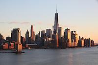 Blick auf Manhattan und den Freedom Tower am World Trade Center im Sonnenuntergang von der Norwegian Breakaway am Manhattan Cruise Terminal