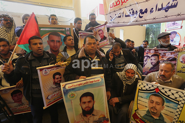 Palestinians take part a protest demanding the release of their relatives prisoners held in Israeli jails, in front of the Red Cross office in Gaza City, on January 19, 2015. Photo by Mohammed Asad