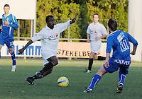 SV Rumbeke - SV Kortrijk..glodi lutonadio di-vita probeert langs Jasper Vanoosthuyse te raken ..foto VDB / BART VANDENBROUCKE