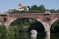 Europe/Europe/France/Midi-Pyrénées/46/Lot/Caillac: Tourisme fluvial dans la Vallée du Lot  dominée par le Château de Laroque [Autorisation : 2011-106] [Autorisation : 2011-107] [Autorisation : 2011-108]