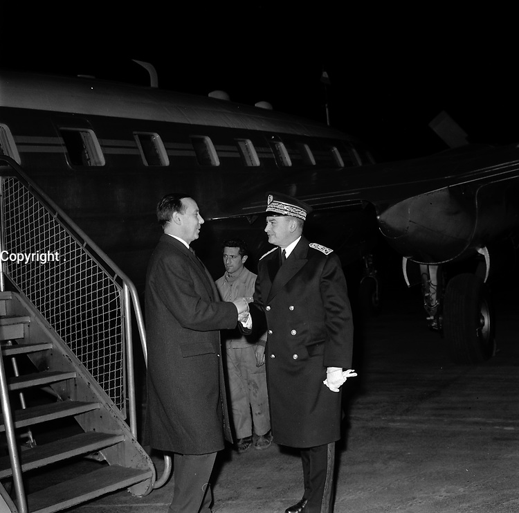 Aeroport de Toulouse-Blagnac. Le 2 et 3 février 1962. Vue de Michel Debré saluant le préfet Morin sur le tarmac de l'aéroport.