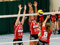 Bevo Roeselare - VT Brugge : Delphine D'Hulster (links) en Catherine Pype (midden) blokken de smash van Siel Hautekeete (5) af<br /> foto VDB / BART VANDENBROUCKE