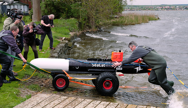 26 April 2018, Germany, Seeburg: Scientists and helpers pulling n underwater drone out of the Suesser See (lit. sweet lake). An 'Autonomous Underwater Vehicle' (AUV) is being put into the water to search for archaeological treasures. Photo: Sebastian Willnow/dpa-Zentralbild/dpa