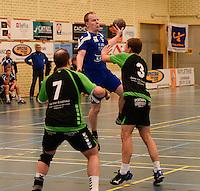 HBC Izegem -  Desselgemse Handbal : Karel Vangroenweghe aan de bal voor Izegem tussen de Desselgemspelers <br /> foto VDB / BART VANDENBROUCKE