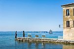 Italy, Veneto, Lake Garda, near Garda, Punta San Vigilio: headland with Locanda San Vigilio and small harbour | Italien, Venetien, Gardasee, bei Garda: Punta San Vigilio, Landzunge mit der Locanda San Vigilio und kleinem Hafen