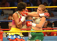 BARRANQUILLA-COLOMBIA- 24-10-2014. Liliana Palmera (Der), boxeadora colombiana, obtuvo por decisión unánime, en su décimo intento, el título mundial del peso supergallo de la AMB ante la venezolana Ana Lozano (Izq), en pelea realizada este viernes por la noche en el coliseo de la Universidad del Norte de Barranquilla, en el marco de la velada 'Nocaut a las drogas'./ Liliana Palmera (R), a Colombian boxer, won a unanimous decision in his tenth attempt, world title WBA super bantamweight before Venezuelan Ana Lozano (L), in a fight on Friday night at the Coliseum at the University of North London, as part of the evening 'Knock on drugs'. Photo: VizzorImage/Alfonso Cervantes/STR