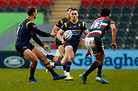 6th February 2021; Mattoli Woods Welford Road Stadium, Leicester, Midlands, England; Premiership Rugby, Leicester Tigers versus Worcester Warriors; Ashley Beck of Worcester Warriors moves the ball to team-mate Jamie Shillcock