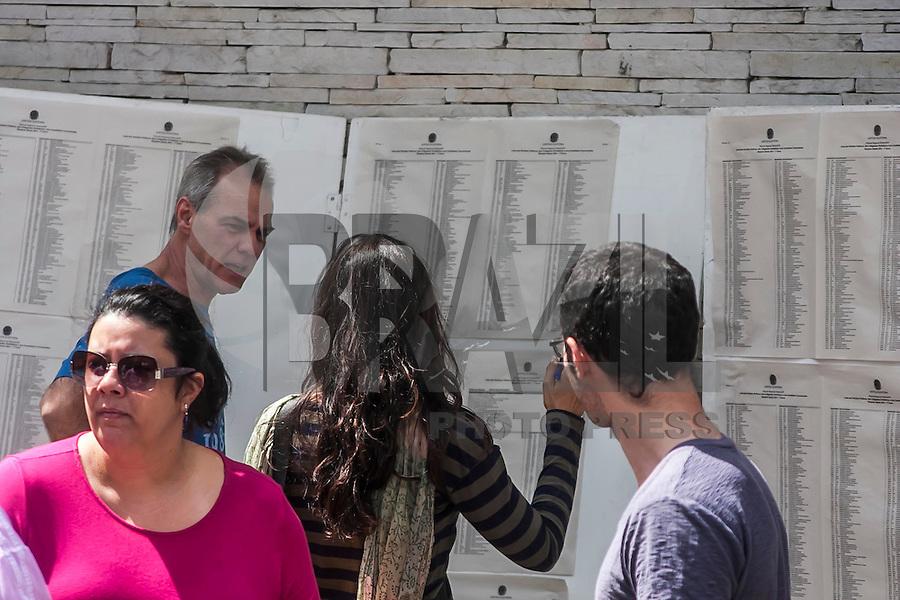 SÃO PAULO, SP, 05.10.214 - ELEIÇÕES 2014/ MOVIMENTAÇÃO/ SÃO PAULO - Movimentação de eleitores na Universidade Mackenzie, na tarde deste domingo (5), em São Paulo.(Foto: Taba Benedicto/ Brazil Photo Press)