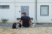 Zentrale Auslaenderbehoerde und BAMF-Aussenstelle in Eisenhuettenstadt.<br /> Bundesinnenminister Thomas de Maiziere und brandeburgs Ministerpraesident Dietmar Woidke besuchten am Donnerstag den 13. August 2015 die Zentrale Auslaenderbehoerde und BAMF-Aussenstelle in Eisenhuettenstadt. Sie liessen sich von Mitarbeitern die Situation in der Einrichtung zeigen und erklaeren, sprachen mit Fluechtlingen und besichtigten das auf dem Gelaende befindliche Abschiebegefaengnis.<br /> Der Besuch des Bundesinnenministers und des Ministerpraesidenten wurde von etwa 40 Journalisten begleitet.<br /> Im Bild: Ein Vater mit seinem vor einem der Wohngebaeude.<br /> 13.8.2015, Eisenhuettenstadt/Brandenburg<br /> Copyright: Christian-Ditsch.de<br /> [Inhaltsveraendernde Manipulation des Fotos nur nach ausdruecklicher Genehmigung des Fotografen. Vereinbarungen ueber Abtretung von Persoenlichkeitsrechten/Model Release der abgebildeten Person/Personen liegen nicht vor. NO MODEL RELEASE! Nur fuer Redaktionelle Zwecke. Don't publish without copyright Christian-Ditsch.de, Veroeffentlichung nur mit Fotografennennung, sowie gegen Honorar, MwSt. und Beleg. Konto: I N G - D i B a, IBAN DE58500105175400192269, BIC INGDDEFFXXX, Kontakt: post@christian-ditsch.de<br /> Bei der Bearbeitung der Dateiinformationen darf die Urheberkennzeichnung in den EXIF- und  IPTC-Daten nicht entfernt werden, diese sind in digitalen Medien nach §95c UrhG rechtlich geschuetzt. Der Urhebervermerk wird gemaess §13 UrhG verlangt.]