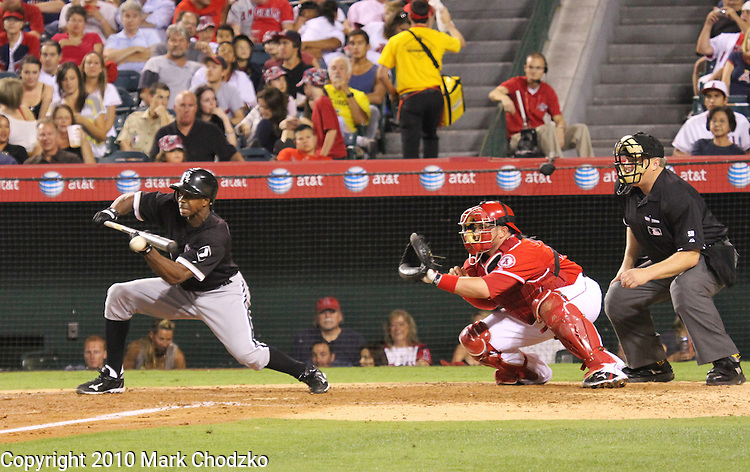 Squeeze bunt by Chicago White Sox, Juan Pierre.