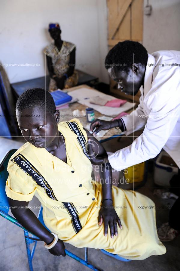 SOUTH-SUDAN, Cuibet , rural health station in Agangrial, vaccination / SUED-SUDAN, laendliche Gesundheitsstation Agangrial in Cuibet County, Impfung