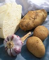 Europe/France/Auvergne/12/Aveyron: Ingrédients de la truffade: Tomme fraiche, pomme de terre et ail