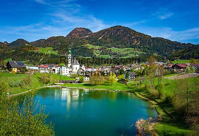 Austria, Tyrol, Reith im Alpbachtal: village centre with swimming lake Reither See and parish church St Petrus   Oesterreich, Tirol, Reith im Alpbachtal: Ortszentrum mit dem Badesee Reither See und der Pfarrkirche Hl. Petrus