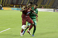 IBAGUE - COLOMBIA, 24-10-2020: Andrey Estupiñan del Tolima disputa el balón con Amaury Torralvo del Equidad durante partido entre Deportes Tolima y La Equidad por la fecha 16 de la Liga BetPlay I 2020 jugado en el estadio Manuel Murillo Toro de la ciudad de Ibagué. / Andrey Estupiñan of Tolima struggles the ball with Amaury Torralvo of Equidad during match between Deportes Tolima and La Equidad for the date 16 as part of BetPlay League I 2020 played at Manuel Murillo Toro stadium in Ibague. Photo: VizzorImage / Juan Torres / Cont