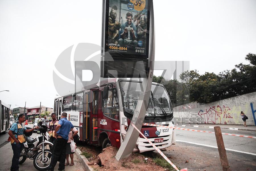 SAO PAULO, SP, 04.03.2015 -COLISAO ONIBUS M'BOI MIRIM - JD SAO LUIS, ZONA SUL SP - Um micro onibus colidiu com um poste e um relogio, na avenida M'Boi Mirim, zona sul da cidade de São Paulo, nesta quarta-feira (4). Duas pessoas ficaram feriadas e foram socorridas para hospitais da Regiao. (Douglas Pingituro / Brazil Photo Press)