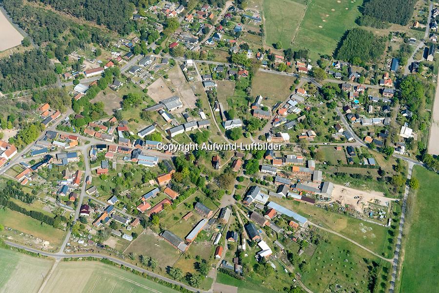 Rundling Lanz: EUROPA, DEUTSCHLAND,  BRANDENBURG (EUROPE, GERMANY), 7.05.2020: Das Dorf Lanz  ein Rundling in Brandenburg.<br /> Der Rundling, auch als Runddorf, Rundlingsdorf, Rundplatzdorf bezeichnet, ist eine im Mittelalter entstandene Siedlungsform mit kreis- oder hufeisenfoermigen Anordnung der Gehöfte um einen Platz, der  nur durch eine einzige Stichstraße erreichbar war.<br /> Der Verbreitungsraum des Rundlings erstreckt sich streifenfoermig zwischen der Ostsee und dem Erzgebirge in der Kontaktzone zwischen Deutschen und Slawen während des Mittelalters.