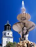 Oesterreich, Salzburger Land, Salzburg: Brunnenfigur des Residenzbrunnens und Turm der Neuen Residenz | Austria, Salzburger Land, Salzburg: sculpture of residenz fountain and tower of New Residence