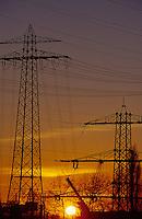 Deutschland Hamburg, Energieversorgung und Netzausbau, Hochspannungsleitungen im Sonnenuntergang / GERMANY energy grid