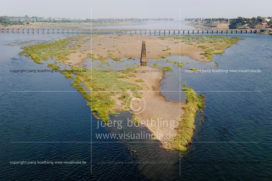 INDIA, Khalghat, Mumbai - Agra Highway NH 52, Narmada river with old bridge and sand island in geographical shape of indian subcontinent / INDIEN Madhya Pradesh, Khalghat, Narmada Fluss mit Sandbank in der geographischen Form des indischen Subkontinent