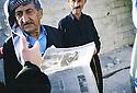 Kurdistan Irak 2000.Dans le camp de Kurdes déplacés à Beneslawa, un homme  découvre dans Libération la tragédie des 6 jeunes clandestins kurdes  retrouvés morts, abandonnés sur une route en Italie.Iraq 2000.In Beneslawa camp, people learning the death of young Kurds in Europe