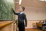 Selbst an der Tafel waehrend des Unterrichts hat Igor eine tänzerische Körperhaltung