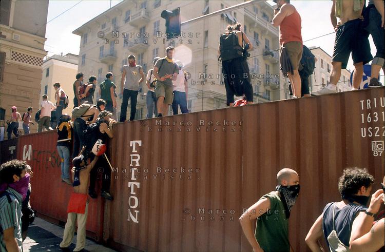 genova luglio 2001, proteste contro il g8. dei manifestanti cercano di avvicinarsi alla zona rossa --- genoa july 2001, protests against g8 summit. demonstrators try to approach the red zone