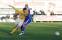 SC Wielsbeke - SK Sint-Niklaas : Arne Beeuwsaert probeert voorbij Steven Schurmann te raken..foto VDB / BART VANDENBROUCKE