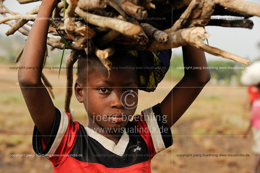 SIERRA LEONE illegal logging of rainforest at Western Area Peninsula Forest , children carry firewoods on the head for cooking fuel / SIERRA LEONE Western Area Peninsula Forest  , illegale Abholzung von Regenwald fuer Feuerholz , Kinder tragen Feuerholz auf dem Kopf