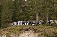Zuschauer haben den Sichtschutz an der Absperrung zum Trainingsplatz entfernt und sehen den Trainingseinheiten zu - Seefeld 29.05.2021: Trainingslager der Deutschen Nationalmannschaft zur EM-Vorbereitung