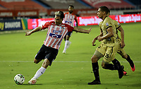 BARRANQUILLA - COLOMBIA, 04-04-2021: Teofilo Gutierrez de Atletico Junior y Oscar Hernandez de Aguilas Doradas Rionegro disputan el balon durante partido entre Atletico Junior y Aguilas Doradas Rionegro de la fecha 17 por la Liga BetPlay DIMAYOR I 2021 jugado en el estadio Metropolitano Roberto Melendez de la ciudad de Barranquilla. / Teofilo Gutierrez of Atletico Junior and Oscar Hernandez of Aguilas Doradas Rionegro battle for the ball during a match between Atletico Junior and Aguilas Doradas Rionegro of the 17th date for BetPlay DIMAYOR I 2021 League played at the Metropolitano Roberto Melendez Stadium in Barranquilla city. / Photo: VizzorImage / Jairo Cassiani / Cont.