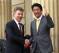 BOGOTA -COLOMBIA. 29-07-2014.  El primer Ministro de Japon Shinzo Abe y el presidente de Colombia Juan Manuel Santos se  saludan en el Palacio de Nariño  durante la primera visita oficial de un madatario japones en 106 años a Colombia.Photo: VizzorImage/ Felipe Caicedo / Staff
