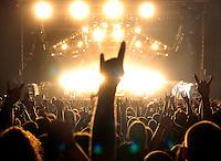 WITH FULL FORCE XIII Festival in Roitzschjora bei Löbnitz - jedes Jahr pilgern über 30 000 Fans der härteren Tonart ins kleine Dörfchen am alten Muldearm. Es ist das größte Festival seiner Art im Osten - mit der musikalischen Bandbreite sogar in Deutschland. Von Metal über Punk bis zu Gothic sind alle Zwischenrichtungen vertreten. - im Bild: Die ultimative Metaller-Geste - die Pommesgabel in den Himmel gestreckt - DAS Symbol der Metal-Szene..Foto: Norman Rembarz..aif.....action-in-focus.de..Talstr. 25.04103 Leipzig..phone:  01794887569.mail:  public@action-in-focus.de..