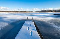 Hölzerner Bootssteg im Eis auf dem Glindower See, Petzow, Werder, Havelland, Potsdam-Mittelmark, Brandenburg, Deutschland
