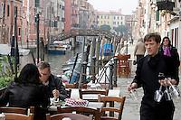 Tavoli all'aperto lungo il canale, all'osteria Bea Vita, Venezia.<br /> Terrace along sidecanal at Bea Vita osteria in Venice.<br /> UPDATE IMAGES PRESS/Riccardo De Luca